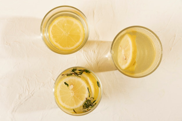 Vue de dessus des lunettes avec de la limonade sur la table