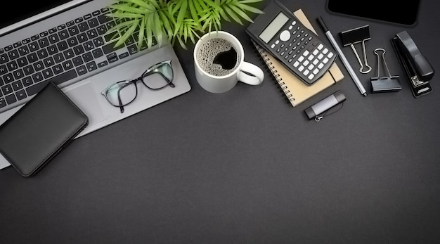 Vue de dessus des lunettes d'ordinateur portable et de la papeterie concept d'espace de travail indépendant avec espace de copie
