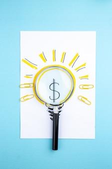 Vue de dessus lupa sur papier photo d'ampoule idée d'entreprise sur fond bleu