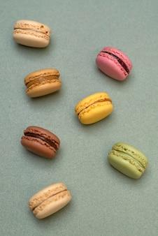 Vue de dessus de macarons colorés sur fond de marbre