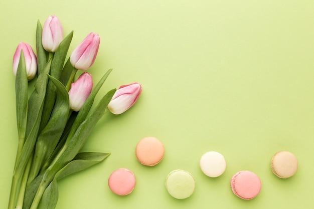 Vue de dessus des macarons à côté des tulipes