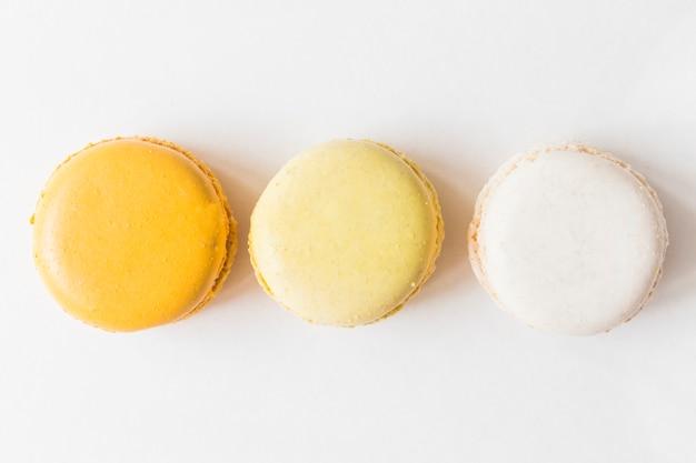 Une vue de dessus de macarons sur fond blanc