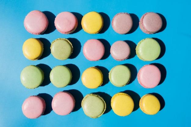 Une vue de dessus de macarons sur fond bleu