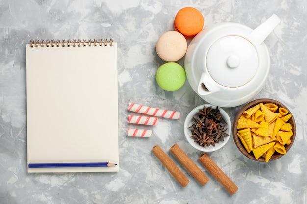 Vue de dessus macarons français à la cannelle sur la surface blanche légère thé boisson gâteau biscuit sucré
