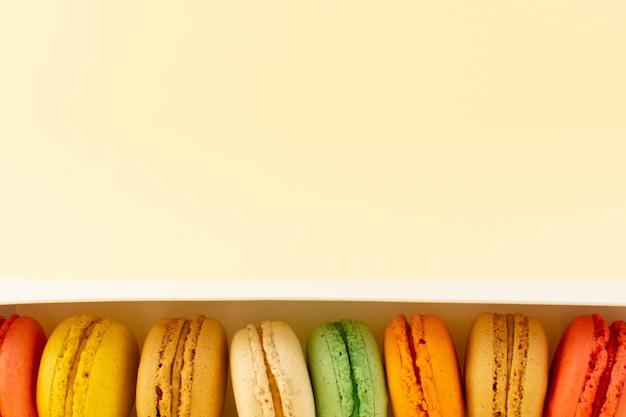 Une vue de dessus macarons français colorés