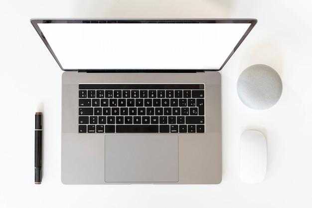 Vue de dessus de macbook sur fond uni