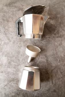 Vue de dessus de la machine à café démontée