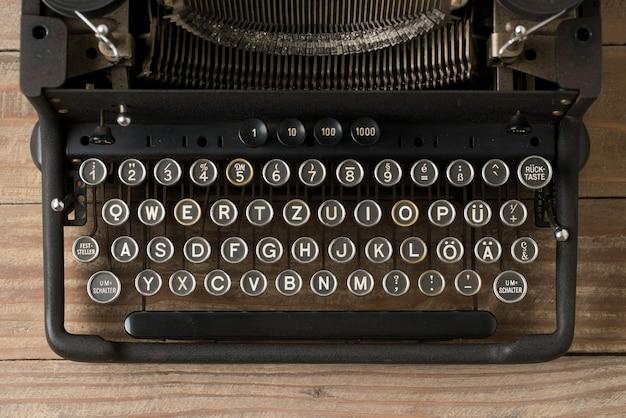 Vue de dessus de la machine à écrire de style rétro en studio