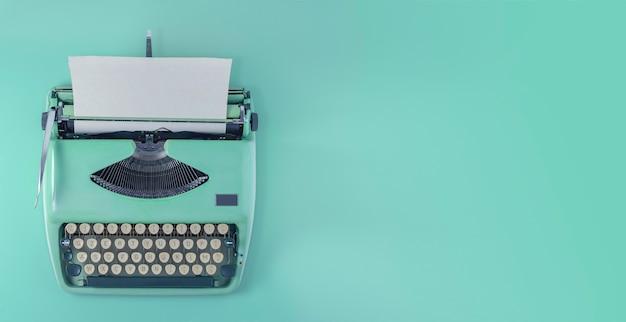 Une vue de dessus de machine à écrire vintage turquoise