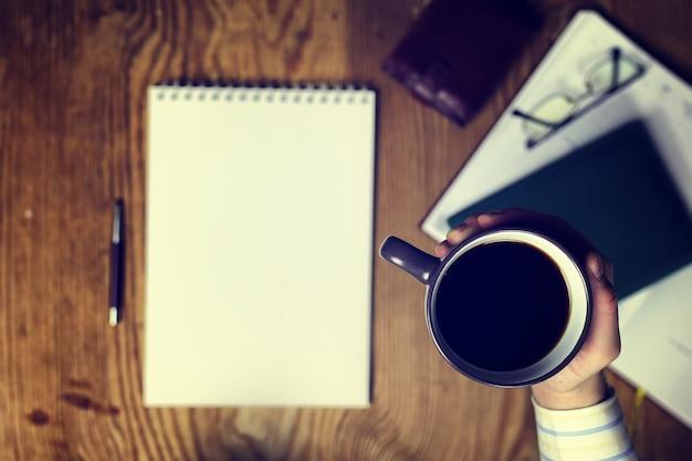 Vue de dessus de la main d'écriture de table tonique