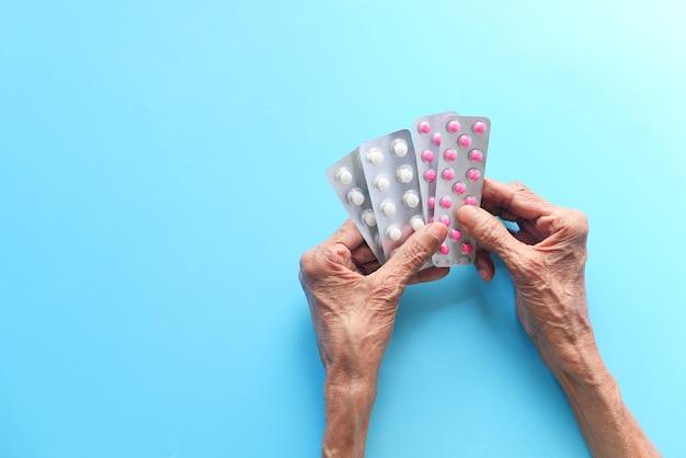 Vue de dessus de la main des femmes âgées tenant des blisters
