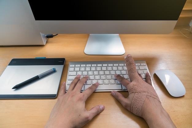 Vue de dessus de la main avec poignet de déversoir à travailler avec le clavier de l'ordinateur