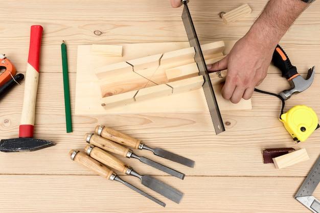 Vue de dessus des mains de charpentier qualifiés