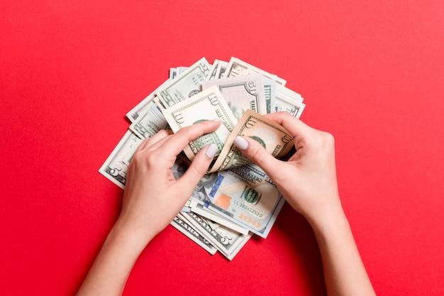 Vue de dessus des mains féminines comptant de l'argent