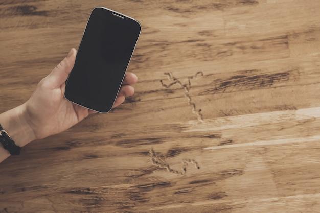 Vue de dessus des mains sur fond de table de tablette