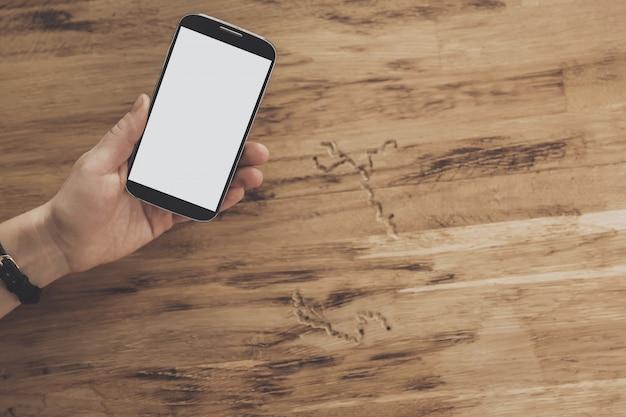 Vue de dessus des mains sur fond de tablette mobile