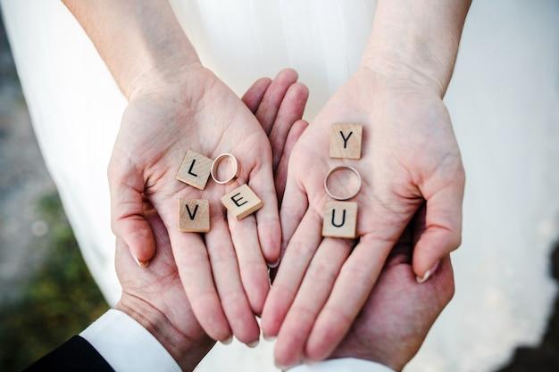 Vue de dessus des mains de mariée avec des anneaux de mariage