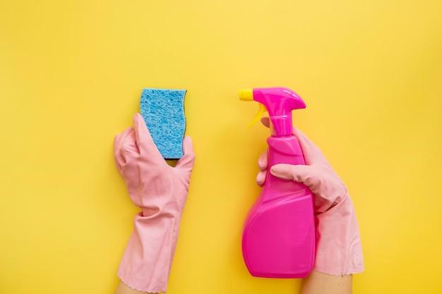 Vue de dessus mains tenant des fournitures de nettoyage