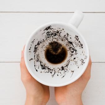 Vue de dessus mains tenant une tasse de café