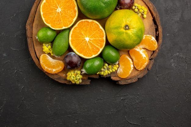 Vue de dessus des mandarines vertes fraîches avec des feijoas sur noir