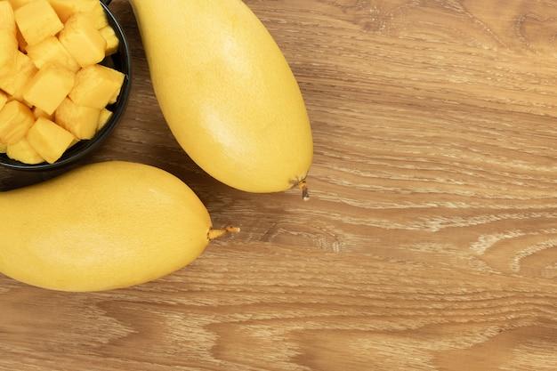 Vue de dessus de mangue fraîche. fond en bois et espace copie pour ajouter du texte.