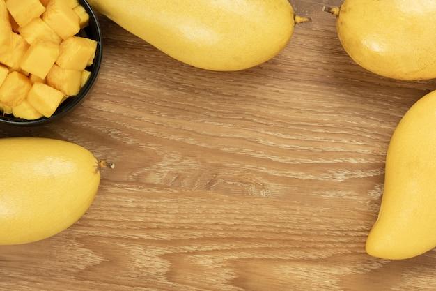 Vue de dessus de mangue fraîche. fond en bois et espace de copie pour ajouter du texte.