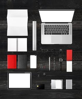 Vue de dessus de maquette de marque de bureau bureau isolée sur fond de bois noir. espace vide