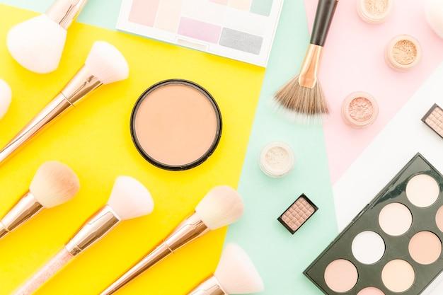 Vue de dessus maquillage brosses avec maquillage
