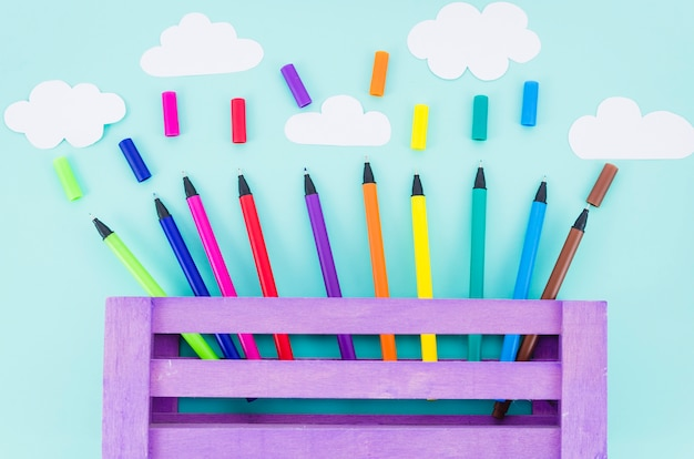 Vue de dessus des marqueurs colorés dans une boîte