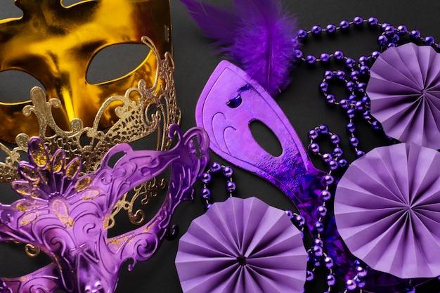 Vue de dessus de masques élégants or et violet