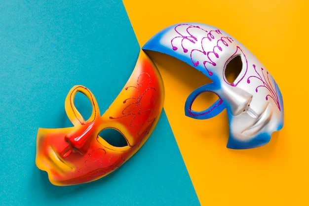 Vue de dessus des masques multicolores pour le carnaval