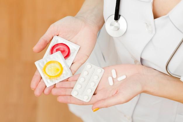 Vue de dessus médecin détenant des options de contraception
