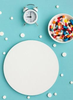 Vue de dessus des médicaments à temps