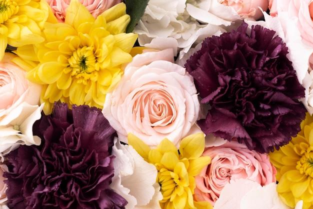 Vue de dessus d'un mélange de fleurs magnifiquement fleuri