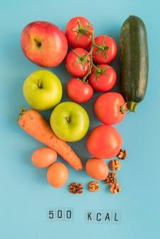 Vue de dessus mélange de légumes et nombre de kcal