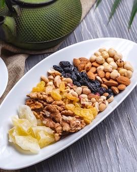 Vue de dessus mélange noix noix raisins secs arachides et amandes