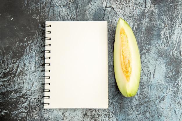 Vue de dessus de melon en tranches sur la table sombre-lumière douce d'été de fruits doux