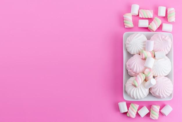 Une vue de dessus meringues et guimauve sur rose, sucre gâteau biscuit