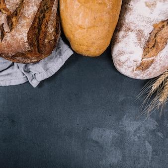 Une vue de dessus de miche rustique de pains sur le comptoir noir