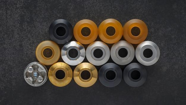 Vue de dessus de la micro-bobine unique dans un atomiseur dégoulinant reconstructible haut de gamme et des capuchons supérieurs