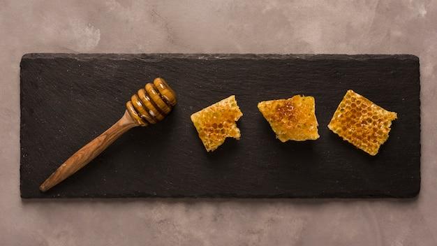 Vue de dessus miel avec des morceaux de nid d'abeille