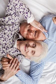 Vue de dessus mignon couple de personnes âgées amoureux