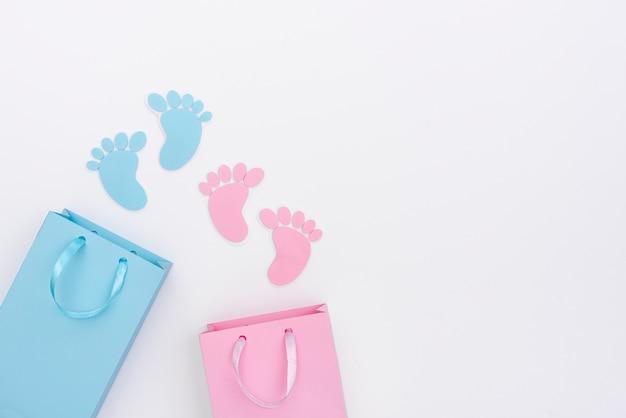 Vue de dessus de mignons petits accessoires bébé avec espace copie