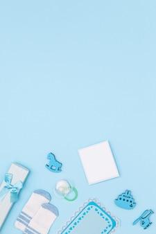 Vue de dessus de mignons petits accessoires pour bébé avec espace copie