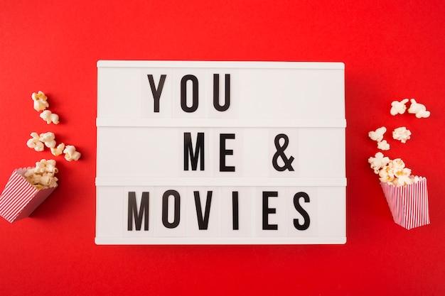 Vue de dessus moi et toi lettrage de cinéma sur fond rouge