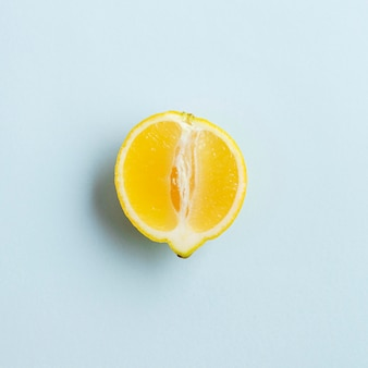 Vue de dessus la moitié du citron génétiquement amélioré