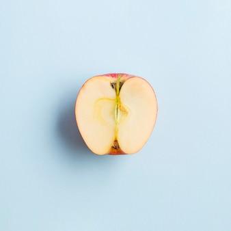 Vue de dessus de la moitié d'une pomme génétiquement améliorée