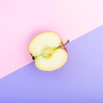 Vue de dessus la moitié de la pomme