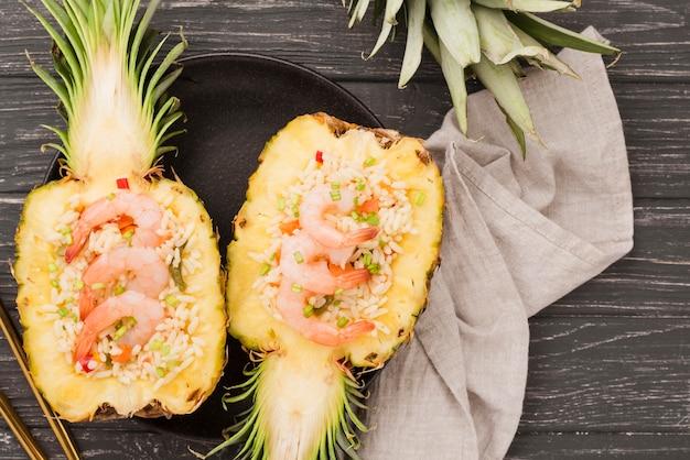 Vue de dessus des moitiés d'ananas avec un chiffon