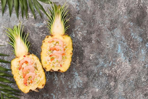 Vue de dessus des moitiés d'ananas avec espace copie